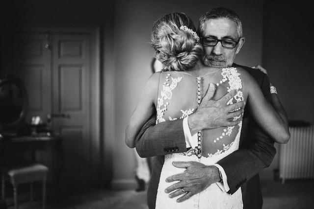 Xúc động khoảng khắc cha lặng lẽ, bật khóc trong đám cưới con gái - Ảnh 3.