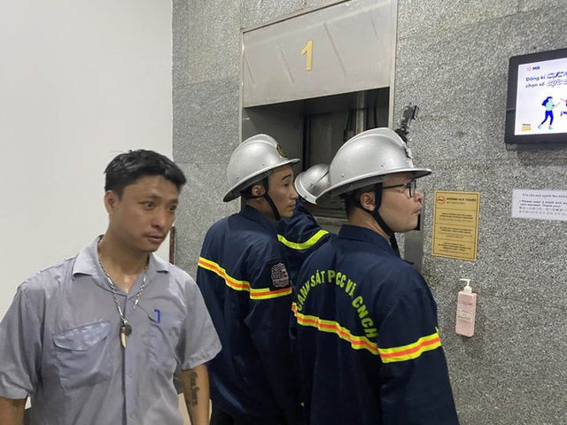 """""""Hú hồn"""" 6 người bị kẹt trong thang máy tại Chung cư 71 Nguyễn Chí Thanh - Ảnh 4."""