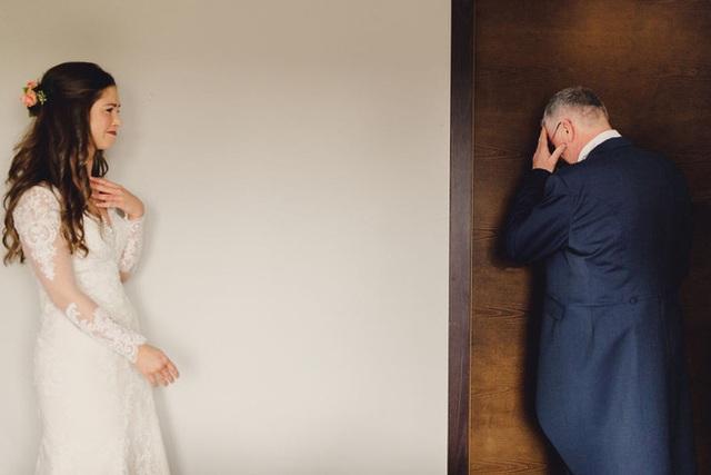 Xúc động khoảng khắc cha lặng lẽ, bật khóc trong đám cưới con gái - Ảnh 5.