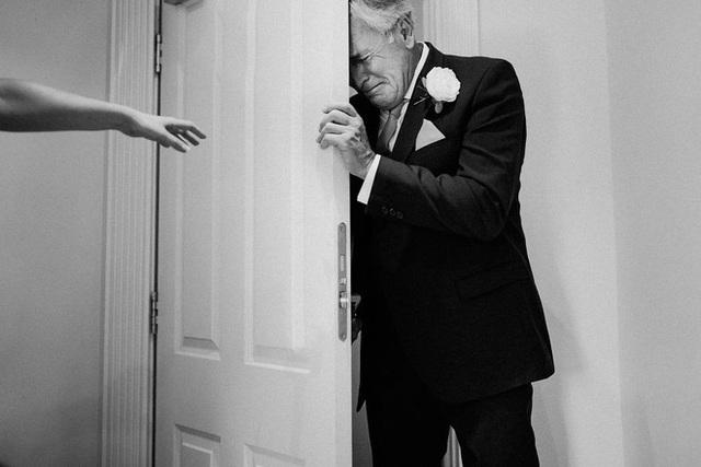 Xúc động khoảng khắc cha lặng lẽ, bật khóc trong đám cưới con gái - Ảnh 6.