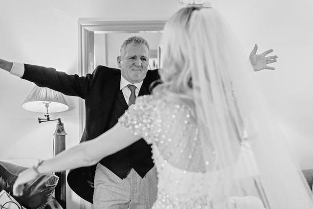 Xúc động khoảng khắc cha lặng lẽ, bật khóc trong đám cưới con gái - Ảnh 8.
