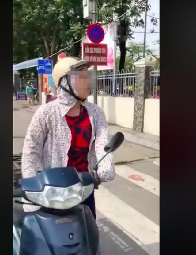 Bị CSTT dừng xe, người phụ nữ cãi cự: Tôi chỉ đi ngược chiều 1- 2m thôi, lỗi gì? - Ảnh 2.