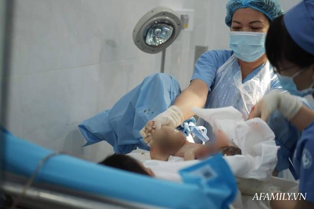 Chồng nghẹn ngào chứng kiến vợ băng huyết, ngưng tim khi sinh con được hàng chục bác sĩ giành giật lại từ tay tử thần - Ảnh 7.