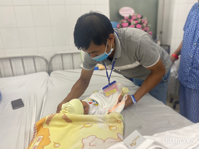 Chồng nghẹn ngào chứng kiến vợ băng huyết, ngưng tim khi sinh con được hàng chục bác sĩ giành giật lại từ tay tử thần - Ảnh 9.