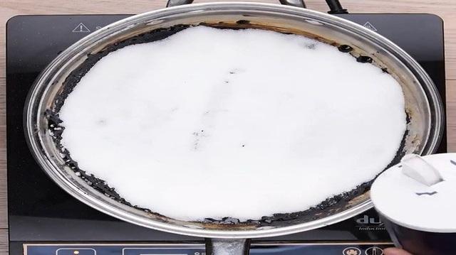 Không cần cọ rửa, chảo cháy khét, bám đen đến mấy cũng sạch bong, sáng bóng nhờ cách cực dễ này - Ảnh 2.
