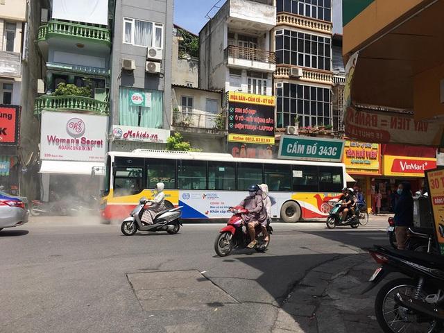 VIDEO: Xe buýt bốc khói nghi ngút giữa phố Hà Nội, người đi đường hoảng hốt - Ảnh 3.