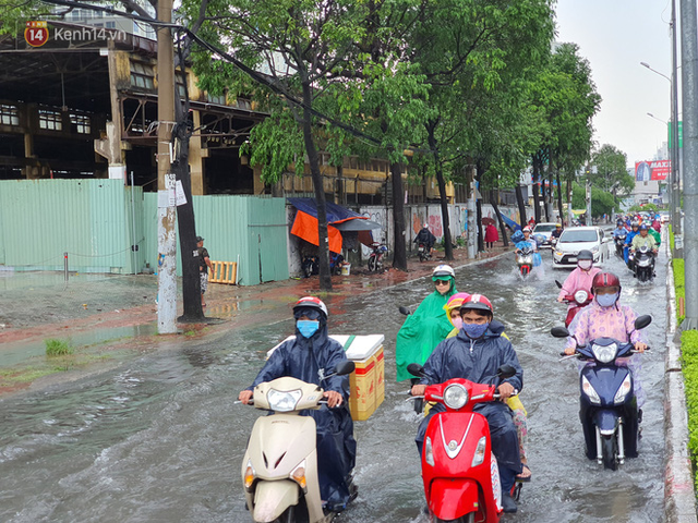 TP.HCM: Sáng nắng gắt, chiều mưa lớn kinh hoàng khiến người dân ướt sũng, bì bõm dắt xe lội nước - Ảnh 2.