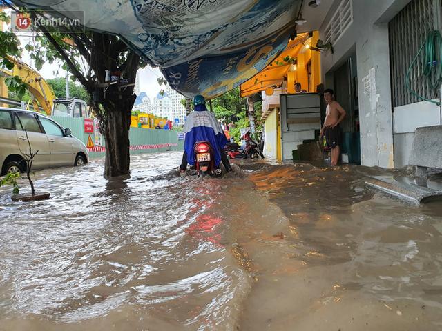 TP.HCM: Sáng nắng gắt, chiều mưa lớn kinh hoàng khiến người dân ướt sũng, bì bõm dắt xe lội nước - Ảnh 11.