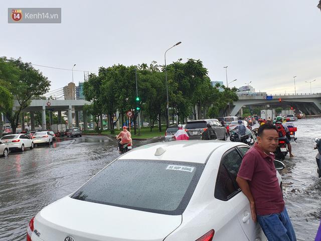 TP.HCM: Sáng nắng gắt, chiều mưa lớn kinh hoàng khiến người dân ướt sũng, bì bõm dắt xe lội nước - Ảnh 12.