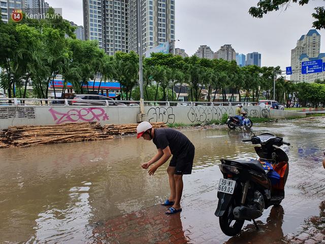 TP.HCM: Sáng nắng gắt, chiều mưa lớn kinh hoàng khiến người dân ướt sũng, bì bõm dắt xe lội nước - Ảnh 13.