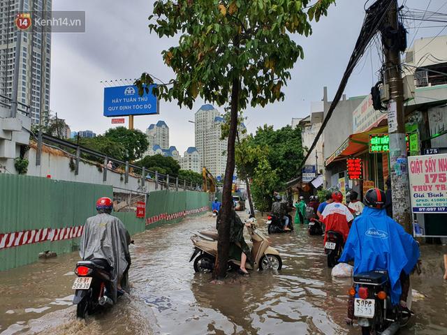 TP.HCM: Sáng nắng gắt, chiều mưa lớn kinh hoàng khiến người dân ướt sũng, bì bõm dắt xe lội nước - Ảnh 15.