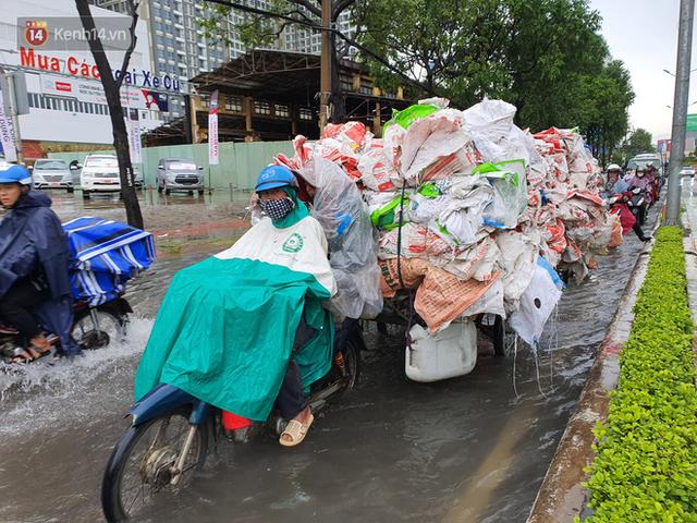 TP.HCM: Sáng nắng gắt, chiều mưa lớn kinh hoàng khiến người dân ướt sũng, bì bõm dắt xe lội nước - Ảnh 16.