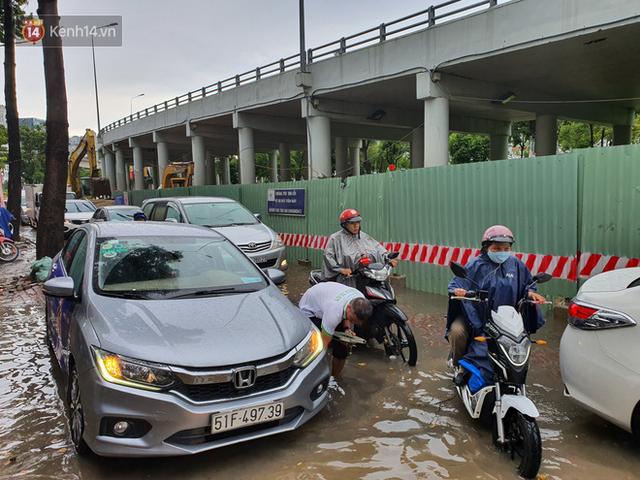 TP.HCM: Sáng nắng gắt, chiều mưa lớn kinh hoàng khiến người dân ướt sũng, bì bõm dắt xe lội nước - Ảnh 17.
