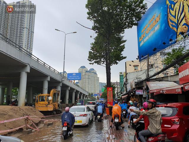 TP.HCM: Sáng nắng gắt, chiều mưa lớn kinh hoàng khiến người dân ướt sũng, bì bõm dắt xe lội nước - Ảnh 18.