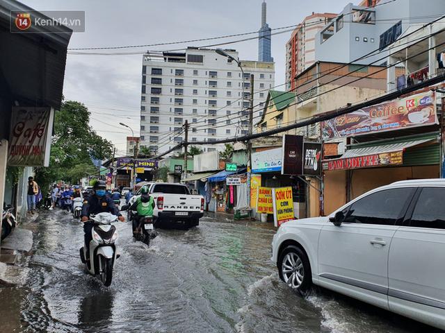 TP.HCM: Sáng nắng gắt, chiều mưa lớn kinh hoàng khiến người dân ướt sũng, bì bõm dắt xe lội nước - Ảnh 20.
