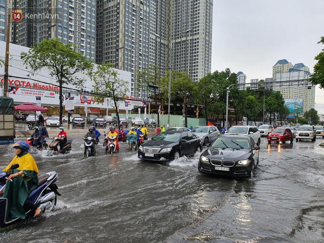 TP.HCM: Sáng nắng gắt, chiều mưa lớn kinh hoàng khiến người dân ướt sũng, bì bõm dắt xe lội nước - Ảnh 3.