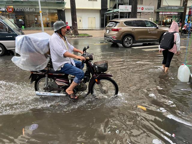 TP.HCM: Sáng nắng gắt, chiều mưa lớn kinh hoàng khiến người dân ướt sũng, bì bõm dắt xe lội nước - Ảnh 21.
