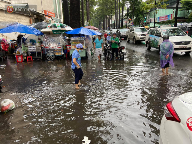 TP.HCM: Sáng nắng gắt, chiều mưa lớn kinh hoàng khiến người dân ướt sũng, bì bõm dắt xe lội nước - Ảnh 23.