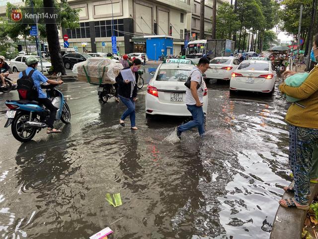 TP.HCM: Sáng nắng gắt, chiều mưa lớn kinh hoàng khiến người dân ướt sũng, bì bõm dắt xe lội nước - Ảnh 24.