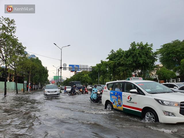 TP.HCM: Sáng nắng gắt, chiều mưa lớn kinh hoàng khiến người dân ướt sũng, bì bõm dắt xe lội nước - Ảnh 4.