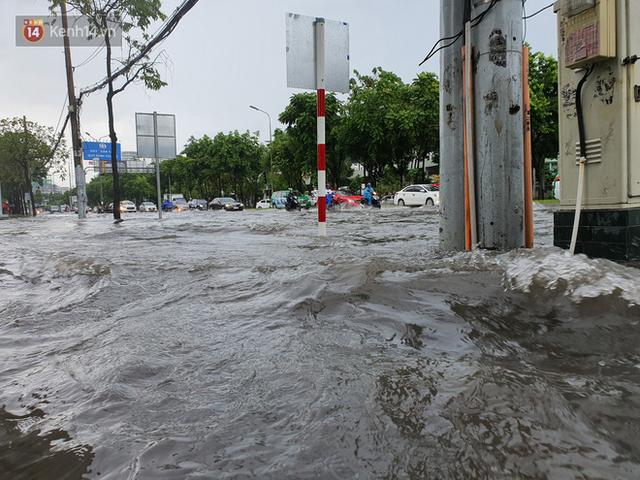 TP.HCM: Sáng nắng gắt, chiều mưa lớn kinh hoàng khiến người dân ướt sũng, bì bõm dắt xe lội nước - Ảnh 5.