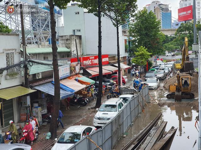 TP.HCM: Sáng nắng gắt, chiều mưa lớn kinh hoàng khiến người dân ướt sũng, bì bõm dắt xe lội nước - Ảnh 7.
