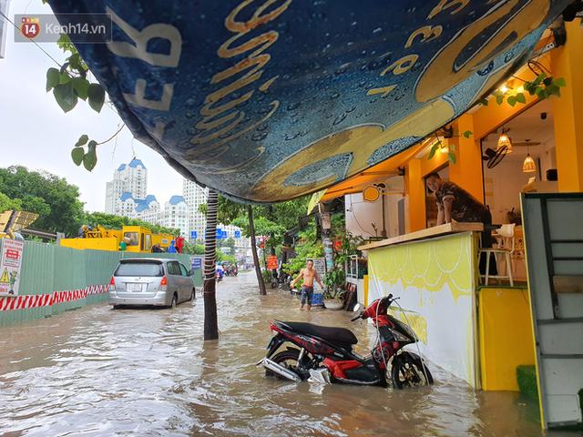 TP.HCM: Sáng nắng gắt, chiều mưa lớn kinh hoàng khiến người dân ướt sũng, bì bõm dắt xe lội nước - Ảnh 10.