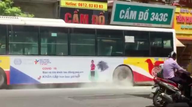 VIDEO: Xe buýt bốc khói nghi ngút giữa phố Hà Nội, người đi đường hoảng hốt - Ảnh 4.