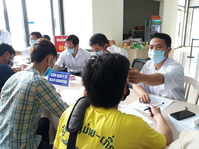 Quảng Bình tiếp nhận, cách ly gần 250 sinh viên người Lào - Ảnh 1.