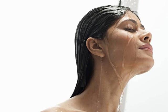 Chị em phải bỏ thói quen tiểu đứng khi đi tắm ngay nếu không muốn đối mặt với căn bệnh nguy hiểm này - Ảnh 1.