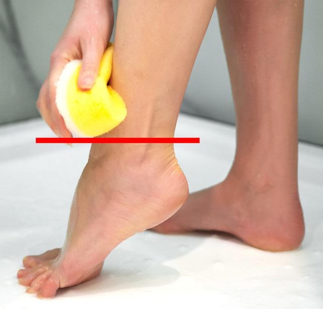Chị em phải bỏ thói quen tiểu đứng khi đi tắm ngay nếu không muốn đối mặt với căn bệnh nguy hiểm này - Ảnh 2.