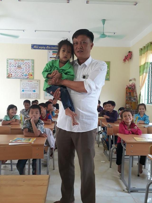 Xót xa trước bé gái 6 tuổi chỉ cao 79cm, nặng 7kg ở cao nguyên đá Hà Giang - Ảnh 3.