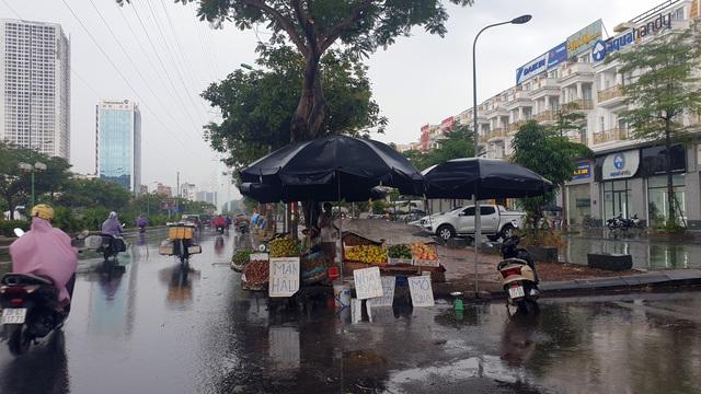 Bất chấp lệnh cấm từ 1/8, người Hà Nội vẫn có chỗ ngồi trà đá, vỉa hè chỉ vắng trước cơn mưa giông bất chợt - Ảnh 11.