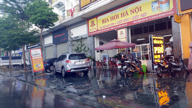 Bất chấp lệnh cấm từ 1/8, người Hà Nội vẫn có chỗ ngồi trà đá, vỉa hè chỉ vắng trước cơn mưa giông bất chợt - Ảnh 8.