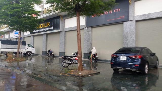 Bất chấp lệnh cấm từ 1/8, người Hà Nội vẫn có chỗ ngồi trà đá, vỉa hè chỉ vắng trước cơn mưa giông bất chợt - Ảnh 4.