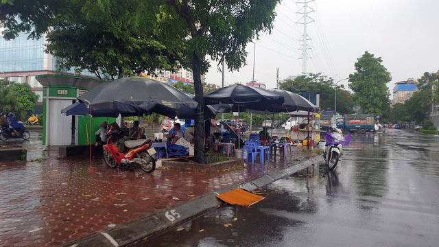 Bất chấp lệnh cấm từ 1/8, người Hà Nội vẫn có chỗ ngồi trà đá, vỉa hè chỉ vắng trước cơn mưa giông bất chợt - Ảnh 10.