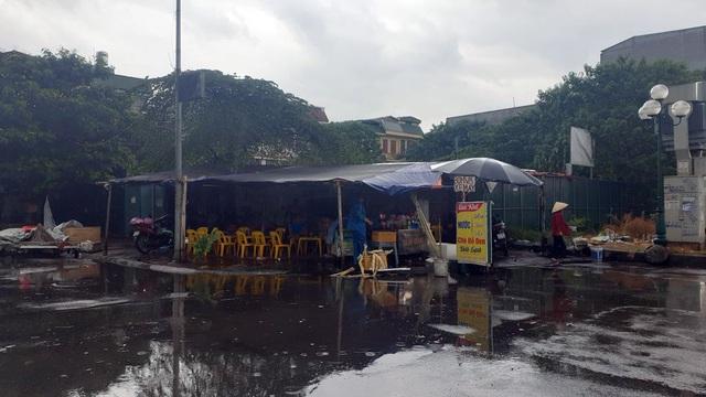 Bất chấp lệnh cấm từ 1/8, người Hà Nội vẫn có chỗ ngồi trà đá, vỉa hè chỉ vắng trước cơn mưa giông bất chợt - Ảnh 9.