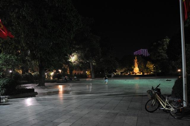 Đêm cuối tuần vắng vẻ của Hà Nội sau lệnh cấm hàng quán vỉa hè, tụ điểm ăn chơi - Ảnh 7.