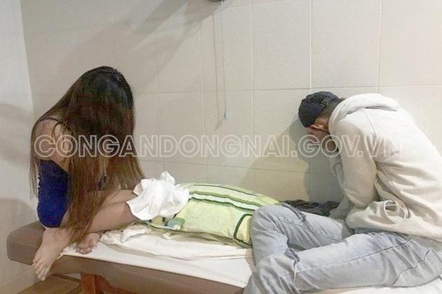Tiếp viên massage ở Đồng Nai tắm tiên với khách - Ảnh 1.