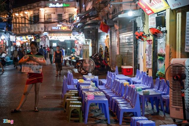 Phố ăn chơi ở Hà Nội vắng khách trước giờ đóng cửa - Ảnh 3.