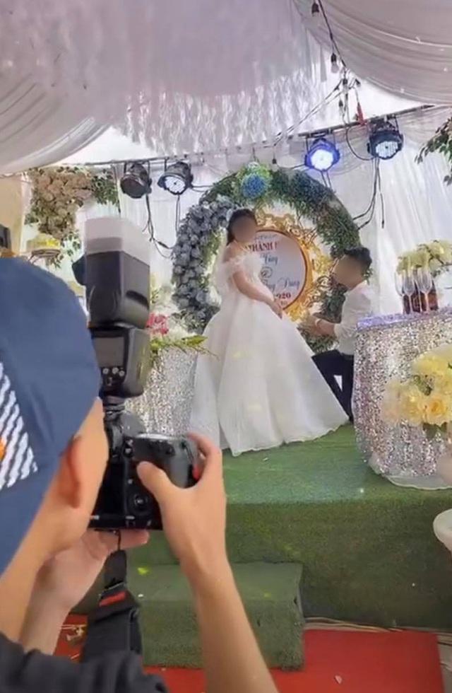 """Sơ suất """"chí mạng"""" trên sân khấu kết hôn, chú rể cuống cuồng bỏ chạy để mặc cô dâu đứng một mình - Ảnh 1."""