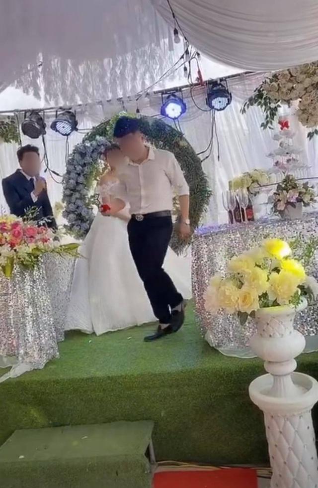 """Sơ suất """"chí mạng"""" trên sân khấu kết hôn, chú rể cuống cuồng bỏ chạy để mặc cô dâu đứng một mình - Ảnh 2."""