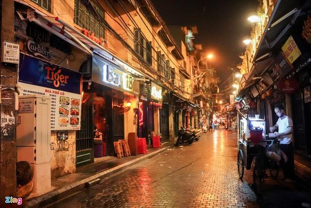 Phố ăn chơi ở Hà Nội vắng khách trước giờ đóng cửa - Ảnh 16.