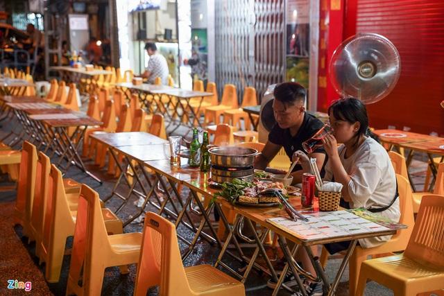 Phố ăn chơi ở Hà Nội vắng khách trước giờ đóng cửa - Ảnh 4.