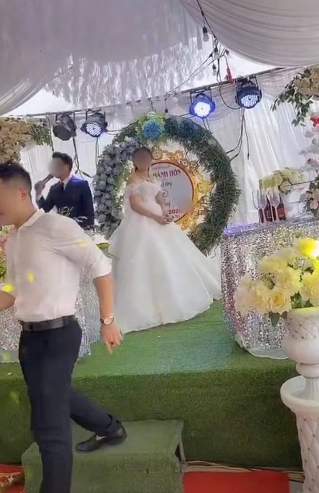 """Sơ suất """"chí mạng"""" trên sân khấu kết hôn, chú rể cuống cuồng bỏ chạy để mặc cô dâu đứng một mình - Ảnh 3."""