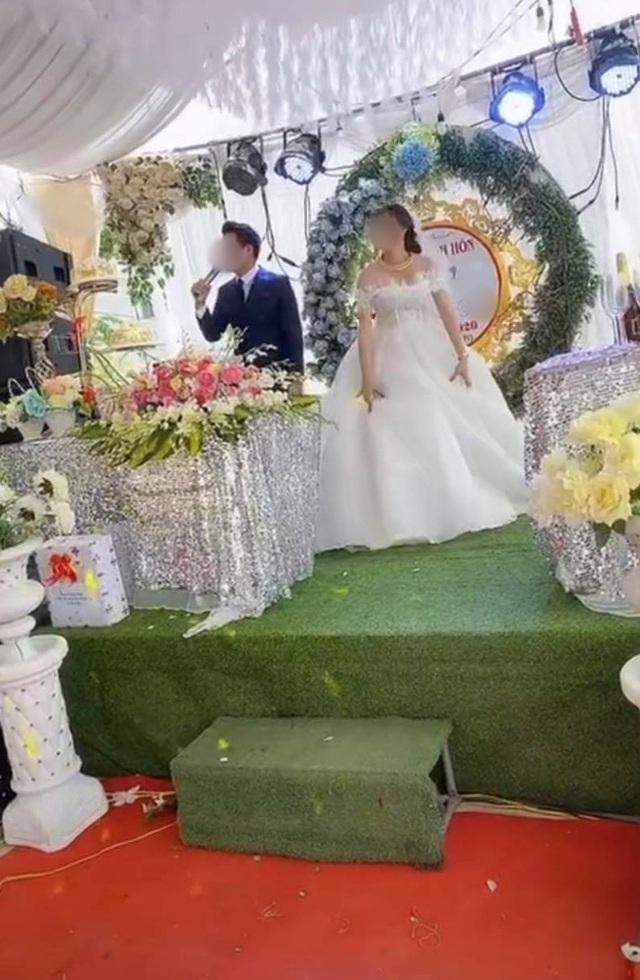 """Sơ suất """"chí mạng"""" trên sân khấu kết hôn, chú rể cuống cuồng bỏ chạy để mặc cô dâu đứng một mình - Ảnh 4."""