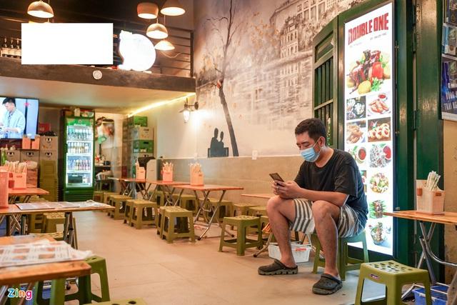 Phố ăn chơi ở Hà Nội vắng khách trước giờ đóng cửa - Ảnh 6.