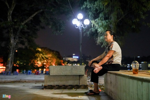 Phố ăn chơi ở Hà Nội vắng khách trước giờ đóng cửa - Ảnh 9.