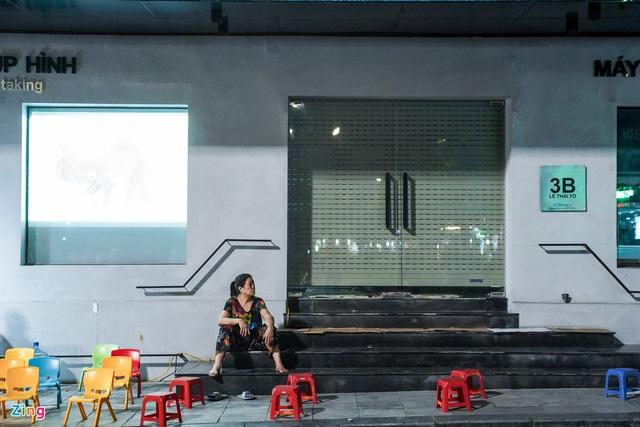 Phố ăn chơi ở Hà Nội vắng khách trước giờ đóng cửa - Ảnh 10.