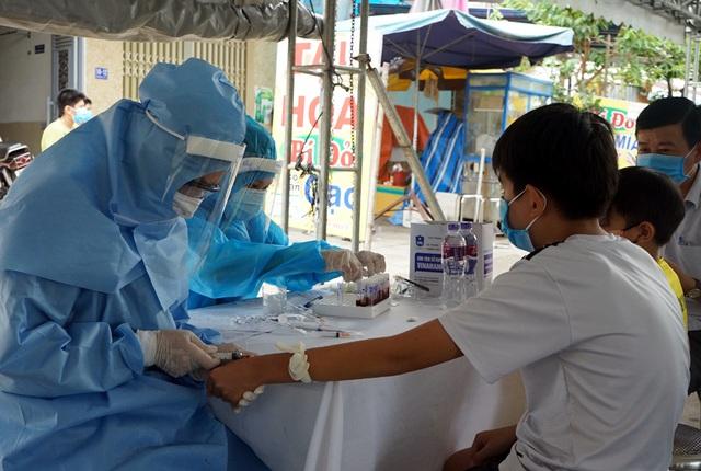 Người dân Đà Nẵng yên tâm khi được lấy mẫu xét nghiệm COVID-19 - Ảnh 10.
